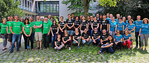 "Die Gruppe des EMBO-Kurses ""Advanced Electron Microscopy in Cell Biology"" im Innenhof des Biozentrums."